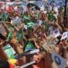 SÁBADO, 8 — O povo agita as bandeirinhas do Brasil e da Religião do Amor Universal nos festejos dos 25 anos do Templo do Ecumenismo Divino.