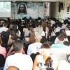 Goiânia, GO — Com grande alegria, jovens de todas as idades acompanham a palavra do presidente-pregador da Religião de Deus, do Cristo e do Espírito Santo, durante a sessão solene do Fórum.