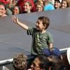 SÁBADO, 8— Na foto, criança acena carinhosamente para ofundador do Templo da Boa Vontade, José de Paiva Netto, durante seu pronunciamento.