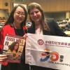 Representante de ONG eExecutiva Sêniorda China Women's Development Foundation,Guo Jingjing, recebe a publicação de Eliana Gonçalves, da LBV.