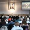 Curitiba/SP — Cristãos do Novo Mandamento de Jesus acompanham as palavras do Irmão Paiva, que comanda a sessão solene do 43º Fórum Internacional do Jovem Ecumênico da Boa Vontade de Deus.