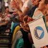 São Paulo, SP —Com entusiasmo, o público presente no evento balança as bandeirinhas do Brasil, da LBV e da Religião do Terceiro Milênio, durante as palavras fraternas do Irmão Paiva Netto.