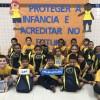 Araraquara/SP - Parte das crianças que receberam os kits pedagógicos da LBV na unidade.
