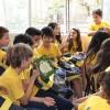 Porto Alegre, RS —Durante a entrega dos kits de material pedagógico, os pequenos compartilham momentos de grande alegria.