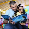 Brasília, DF — Pai e filha fazem a leitura do livro