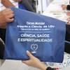 Na imagem, o kit entregue aos participantes do evento contendo informações sobre as palestras.