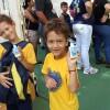 Maringá, PR - Crianças mostram orgulhosas os seus novos materiais para estudo! Os kits contêm itens como estojo, lápis preto e de cor, caneta, apontador, borrachas, tesoura, tubos e cola, cadernos, mochila, régua, entre outros.