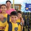 Criciúma, SC: A alegria da mãe com seus filhos apósreceberem o kit pedagógico doados pela LBV.