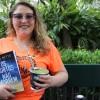 A jovem Giovanna Przybylski, exibe seu exemplar do mais recente lançamento do escritor Paiva Netto: