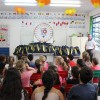 Chapecó/SC: A coordenadora Pedagógica Giovana Formenton explica aos alunos a importância de cuidar bem dos materiais e mochilas doados pela LBV.