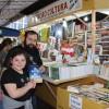 """Ana Rosa Paixão, de 10 anos, com seu padrinho visitando a 64ª Feira do Livro de Porto Alegre: """"Estou adorando a feira porque os livros são muito legais e tem de diferentes gostos""""."""