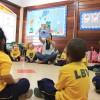 Na sala de aula da Supercreche Jesus, educadora realiza atividade sobre o folclore brasileiro com as crianças.