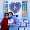Tubarão, SC— A presidente da Stan-Associação Tubaronense de Amparo as Familias, sra. Vitória Geraldi da Silva (D), participou da entrega dos cobertores.