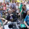 Em visita à Unidade da LBV em Glorinha, RS, Paiva Netto prega aos Legionários presentes e à todo o Brasil e o exterior por meio da Super Rede Boa Vontade de Comunicação (rádio e internet). A foto registra momentos de descontração e alegria entre os presentes.
