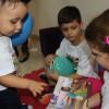 PORTO ALEGRE, RS — A boa leitura também faz parte da programação do evento! Na foto, Ana Luiza Knauth, 8, está lendo a
