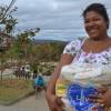Jenipapo de Minas, MG - Josiélia Soares da Silva recebeu com muita alegria a cesta de alimentos doada pela LBV.