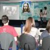 Uberlândia, MG —Os jovens ecumênicosAna Claudia Ribeiro de Paiva e Luiz Fhelipe Alves Guimarães apresentam as atividadesdoAltar Sagrado da Igreja da Religião Divina, durante oFórum.