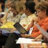 Participantes do evento recebem o folheto com o artigo Deus, Equação e Amor, de autoria do jornalista Paiva Netto.
