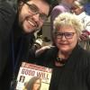 A sra. Birgitte Jallov, diretora, assessora e coach da Empowerhouse, recebe de Danilo Parmegiani, da LBV, a revista BOA VONTADE Mulher.