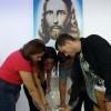 Niterói, RJ – Família emerge as mãos na Pia Sagrada, que representa as Mãos Poderosas de Jesus atendendo os nossos pedidos.