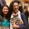 À direita, a sra. Masih Alinejad, jornalista iraniana-americana e ativista política, recebe as recomendações da Legião da Boa Vontade. Ela é apresentadora e produtora do VOA Persian Service, correspondente da Radio Farda, do Irã.