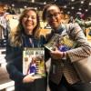 Anne Githuku-Shongwe, representante do escritório da ONU Mulheres para países do sul da África, recebe de Adriana Parmegiani, da LBV, a edição em inglês da revista BOA VONTADE Mulher.