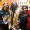 Jacke Ogega, membro da delegação do Quênia, e Thiaba Faye, membro da delegação do Senegal, recebem os cumprimentos de Adriana Parmegiani, da LBV.