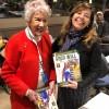 A dra. Michaela Walsh (E), integrante da delegação dos Estados Unidos e fundadora do Banco Mundial da Mulher, foi cumprimentada por Adriana Parmegiani, da LBV, e recebeu uma edição da revista BOA VONTADE Mulher.