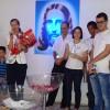 Santos, SP – Durante o encontro, a Cristã Maria Christina Bratfiche Gouveia (ao microfone) recebe homenagem com esposo, filhos, genro, nora e netos.