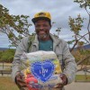 Jenipapo de Minas, MG - Contemplado com a cesta de alimentos da Campanha Diga Sim, da LBV, o senhor Antônio Jorge Alves vai ser recebido pelos familiares com o mesmo sorriso que ele tem estampado no rosto.