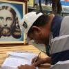 Campo Grande, RJ — Durante a atividade, as pessoas tiveram a oportunidade de inscrever o nome de seus entes queridos no Sagrado Livro de Prece da Religião de Deus, do Cristo e do Espírito Santo.