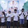 Rio de Janeiro, RJ — Desafio resolvido: após encontrarem os cartões com mensagens de Esperança e Fortalecimento Espiritual, as crianças o levaram ao Altar Sagrado da Igreja Ecumênica.