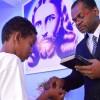 NITERÓI, RJ —Diante do Pregador-Ecumênico, o jovem escuta as palavras de força da Religião do Terceiro Milênio e recebe a energização do Cristal do Templo da Boa Vontade, na mão direita.