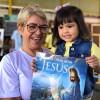 """Brasília, DF — Vó e neta felizes participando do Fórum dos Soldadinhos de Deus, da LBV, com olivro """"Vamos orar com Jesus""""."""