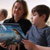 Araçatuba, SP — Mãe e filho acompanham a leitura do novo livro