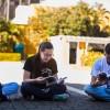 Jovens realizam estudo do livro