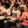 São Paulo, SP — Felizes, jovens acompanham as palavras do Irmão Paiva que cororam um ano de estudo datese