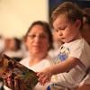 São Paulo, SP — Desde pequenas, crianças aprendem com o Evangelho do Cristo de Deus! Na foto, pequeno Benjamimfolheia o lançamento desta edição do Fórum: o livro