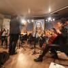 QUARTA-FEIRA, 26 —Coral Ecumênico e o Grupo de Instrumentistas Infantojuvenil Boa Vontade dão as boas-vindas ao público com canções que promovem a Cultura de Paz.