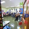 """Como é possível transformar a sala de aula em um local que estimule a curiosidade dos educandos? A oficina """"Alfabetização? Produção? O que fazer? — Estratégias para construir um ambiente alfabetizador"""" ajudou os participantes a responderem essa questão. Os congressistas também conversaram sobre suas percepções do que é alfabetização e letramento e quais métodos podem ser utilizados em sala de aula."""
