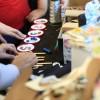 Matemática sustentável? Divididos em grupos, os participantes conseguiram colocar este conceito em prática na confecção de jogos matemáticos com matérias recicláveis, disponíveis na sala. Depois os grupos escolheram um dos jogos confeccionados para apresentar aos demais.