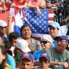 SÁBADO, 8— Peregrinos do mundo todo levantam com entusiasmo o livroJesus, a Dor e a origem de Sua Autoridade,lançado durante a Sessão Solene, comandada pelo Irmão Paiva Netto, na Praça da Paz.