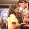 São Paulo, SP—Diante do Pregador-Ecumênico, o jovem escuta as palavras de força da Religião do Terceiro Milênio e recebe a energização do Cristal do Templo da Boa Vontade, na mão direita.