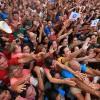 SÁBADO, 8 — Entusiasmado, opovo acompanha a os passos do Irmão Paiva na passarela interagindo com todos.