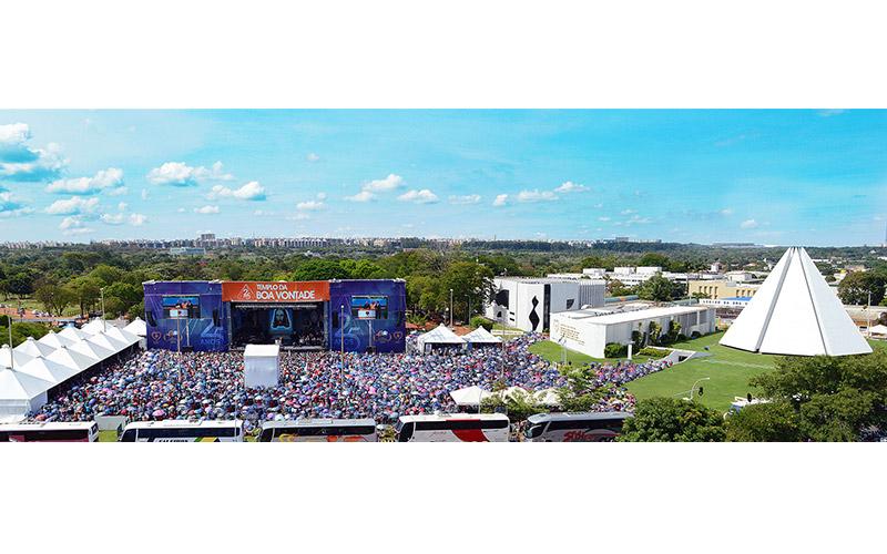 SÁBADO, 8 — Na imagem, a Praça da Paz superlotada pelos peregrinos que acompanham as palavras do fundador do Templo da Boa Vontade, José de Paiva Netto, saudando os 25 anos do monumento mais visitado da capital federal.
