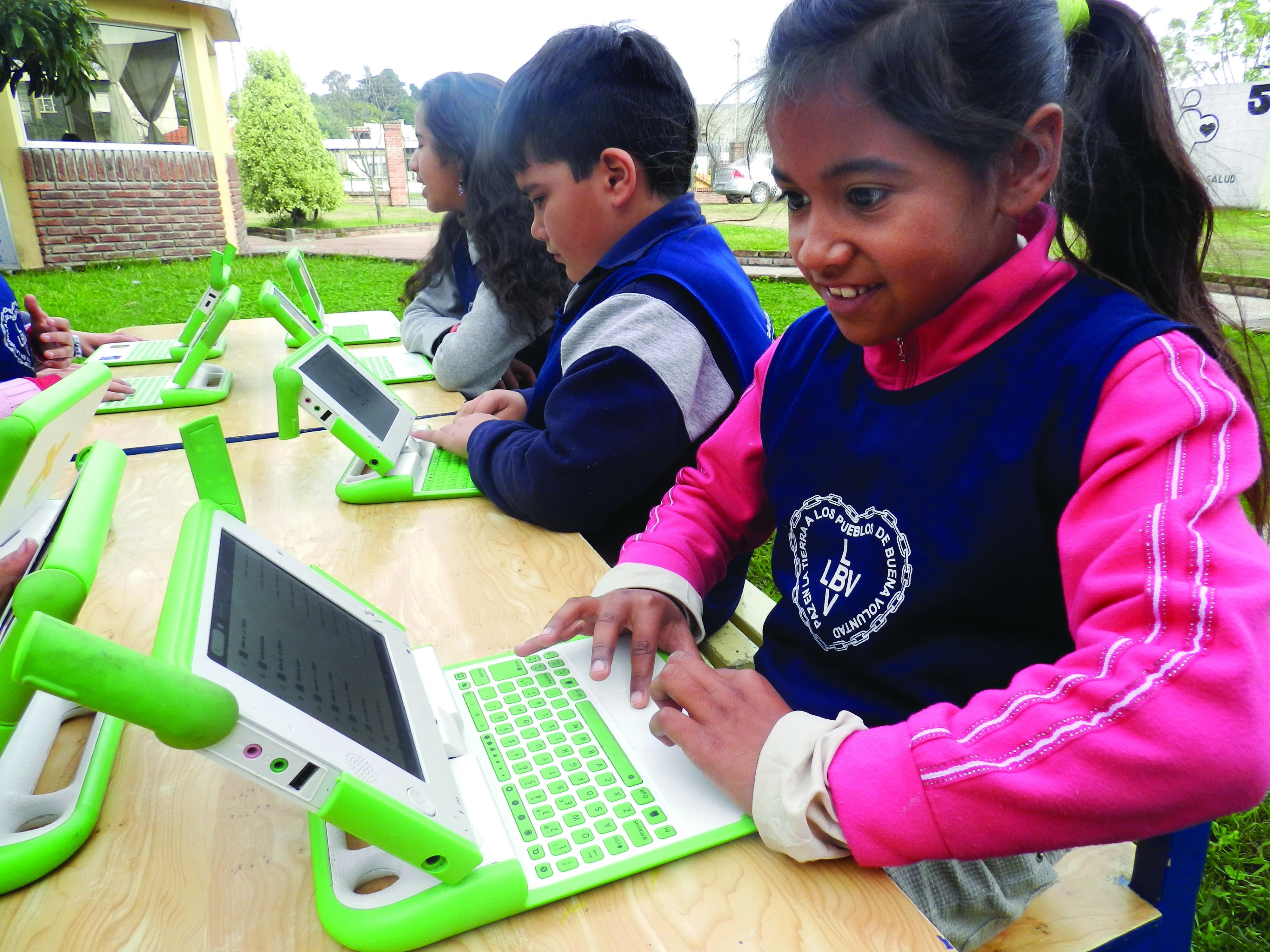 Meninas e meninos participam de atividades educativas, recebem apoio alimentar e aprendem conceitos de cidadania e vivência da Cultura de Paz.