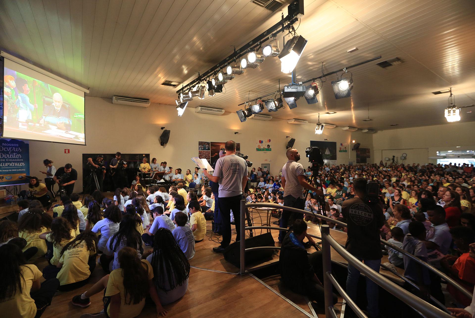São Paulo, SP — Atentos, os Soldadinhos de Deus, da LBV, acompanham as palavras do presidente-pregador da Religião Divina, José de Paiva Netto.