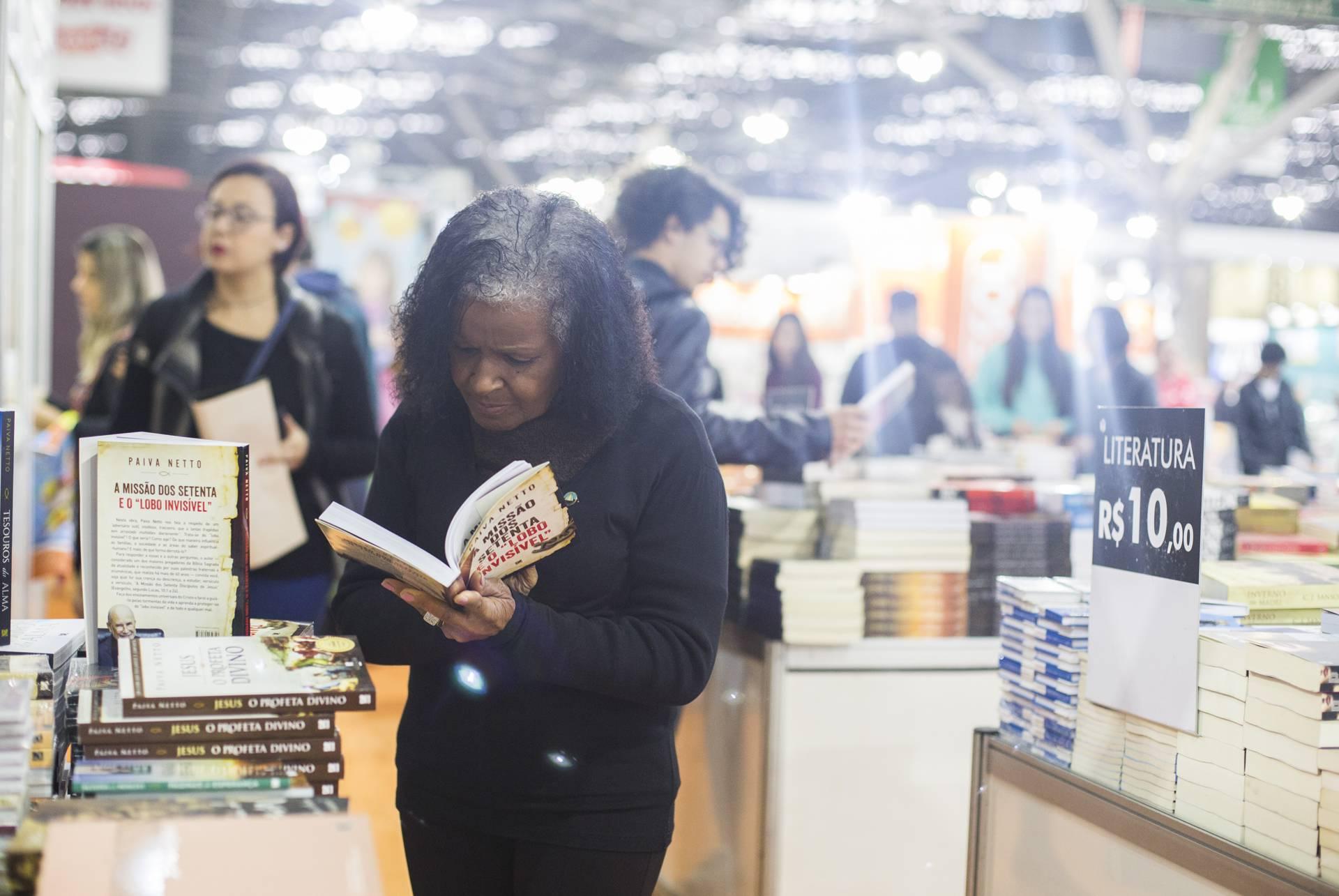 5e29fc76ea494 Sucesso de público  leitores destacam lançamento literário de Paiva ...