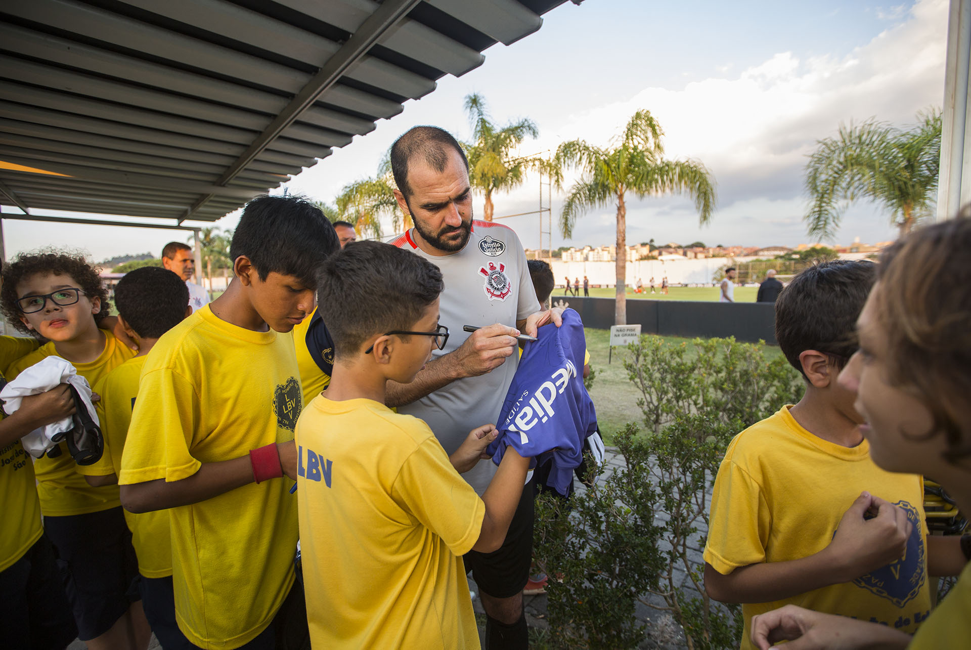 O jogador Danilo também autografou camisas para as crianças da LBV